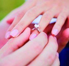 Diamantes en el anillo de compromiso, el amuleto del amor.